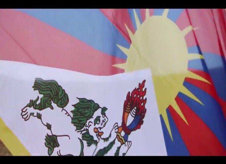 Ničí všechno, co se vzpírá novému řádu, všechno, co už po staletí ztělesňuje Tibet. Kláštery, umělecká díla, archivy, thangky, posvátné knihy… A ještě víc chtějí pokořit tibetské myslitele, mnichy a umělce...