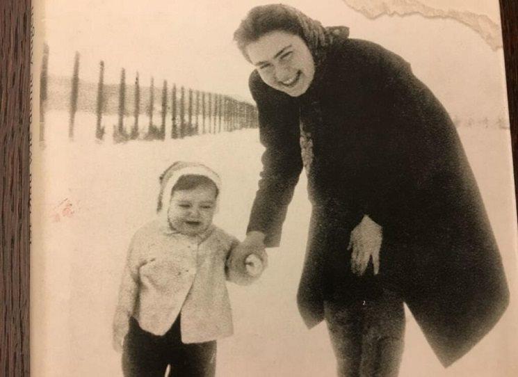 Evě Umlaufové se po několikaletých rešerších podařilo odhalit a zachytit rodinnou minulost, která se čte jako živá, napínavá reportáž. Její mnohovrstevnatá autobiografie dalece přesahuje osud jedné rodiny. Eva Umlaufová se narodila v roce 1942 v pracovním táboře pro Židy ve slovenských Novákách. Ocitla se v Osvětimi. Přežila. Vystudovala medicínu v Bratislavě a v roce 1967 odešla do Mnichova, kde do současnosti působí jako terapeutka.