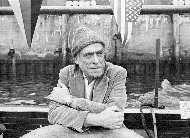 Už dávno víme, že pod slupkou ochlasty a hulváta, je vlastně křehká duše. Prasáctví jako ochrannej šít nepoužíval Bukowski ani jako první a nebyl rozhodně poslední, kdo v tomhle brnění vyřvával nocí. Ale bacha, jen žádný idealizace a romantizování. Ožrala bejvá obtížnej i když mu to dobře píše. A to je to Bukowského vykoupení z hříchů - jeho způsob psaní. Kolik už bylo epigonů! A nic, nějak jim to tzv. jednoduchý psaní prostě nejde. Zato když otevřete book od Buka, je to tam.